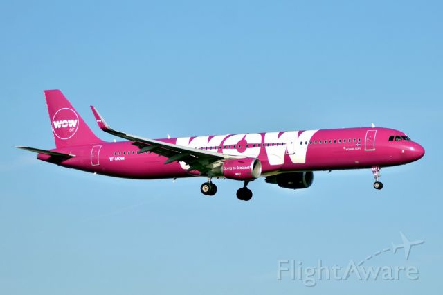 Airbus A321 (TF-MOM)