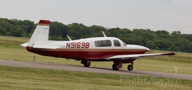Mooney M-20 (N9169B) - Taxiing to rwy 27 on 4/24/12...