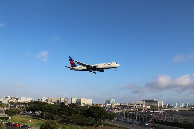 BOEING 767-300 (N183DN)