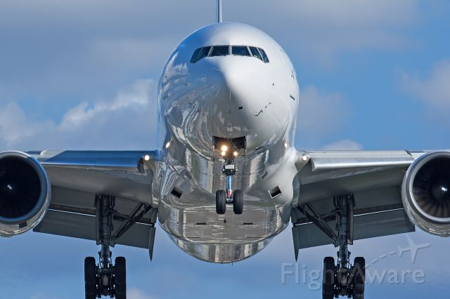 Boeing 777-200 (JA009D) - Land to the role of reflectors.