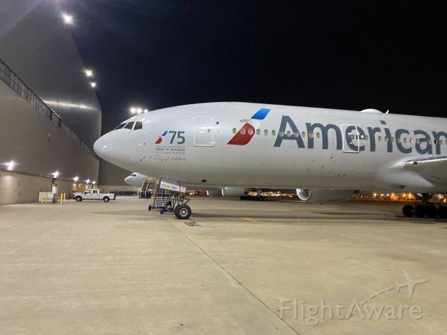 Boeing 777-200 (N751AN)