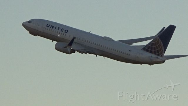 Boeing 737-800 (N37281) - United 2215 blasts out of Champaign bound for Columbus/Rickenbacker Int