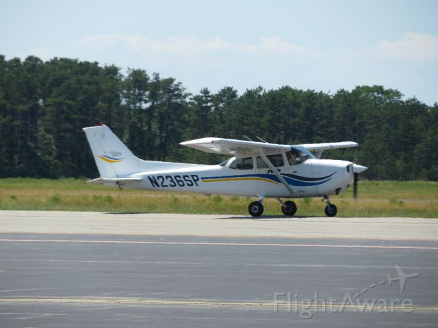 Cessna Skyhawk (N236SP) - This Cessna 172 taxis for takeoff to Nantucket from MVY.