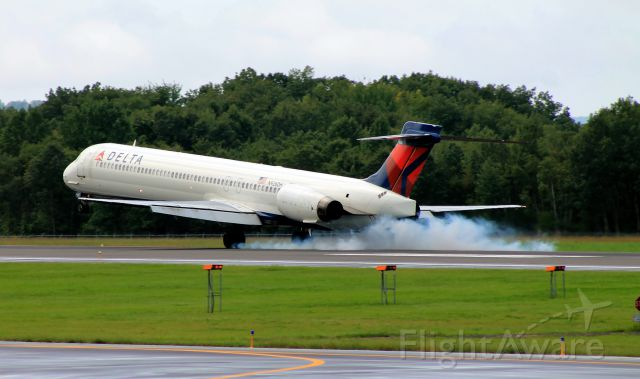 McDonnell Douglas MD-90 (N926DH) - Burnin some rubber!