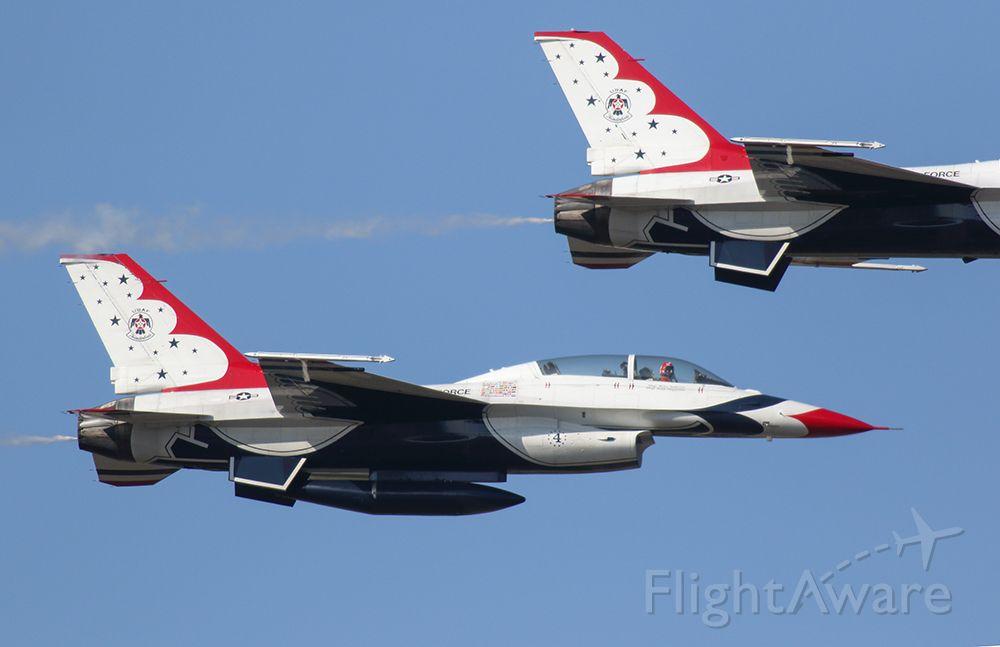 Lockheed F-16 Fighting Falcon — - Thunderbird #4 keeping a close eye on the aircraft above. Amazing performance!
