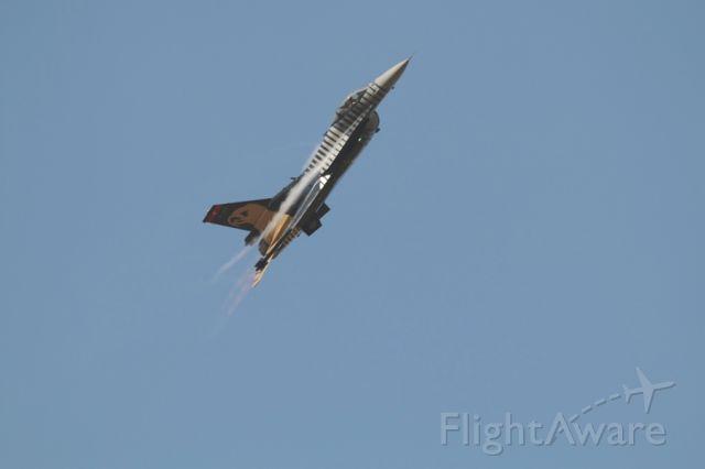 Lockheed F-16 Fighting Falcon — - CLIMBING THE SKY ...SOLOTURK DEMO TEAM F-16 TURKISH AIR BASE
