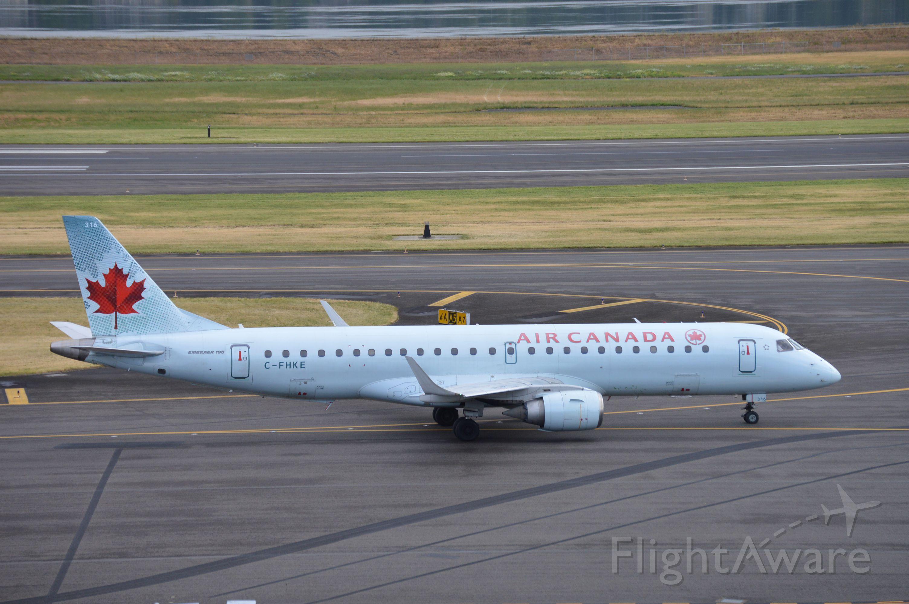 Embraer ERJ-190 (C-FHKE) - ACA546 taxiing for departure.