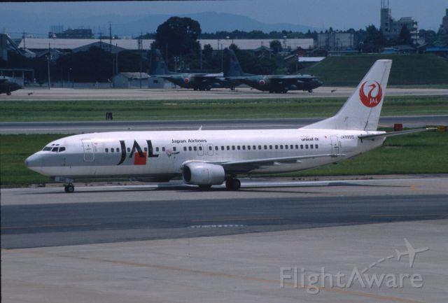 BOEING 737-400 (JA8995) - Taxing at Nagoya Intl Airport on 2001/08/13