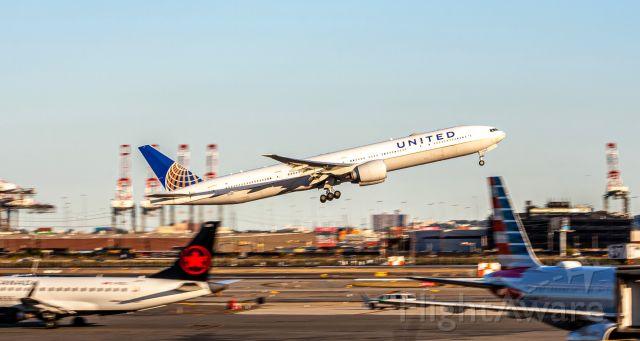 BOEING 777-300ER (N2136U)