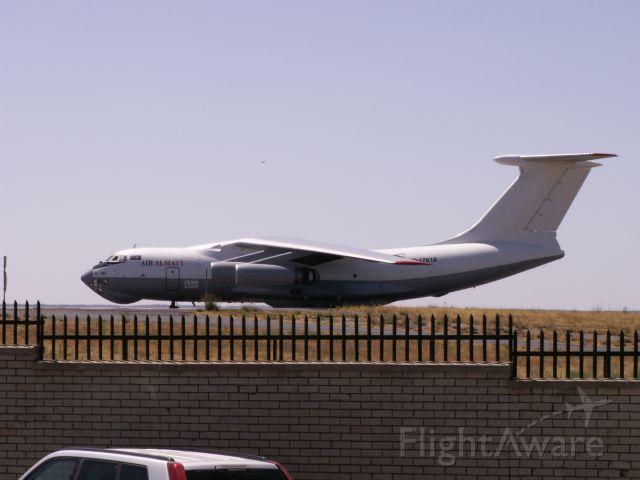 Ilyushin Il-76 (UR-17618) - IL-76M UR-17618 der Air Almaty, fotografiert am 08.10.2011 am Airport WDH. Das Foto gelang dadurch, daß ich mich auf einen Müllbehälter stellte, um über die Mauer aufs Vorfeld sehen zu können. Die Maschine kam am Vortag direkt aus Russland rein und flog einige Tage später nach Südafrika weiter.