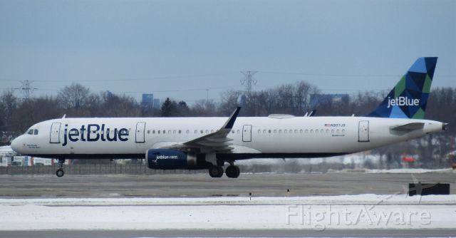 Airbus A321 (N907JB) - Rare for buffalo- a JetBlue A321! Pulling into the gate.