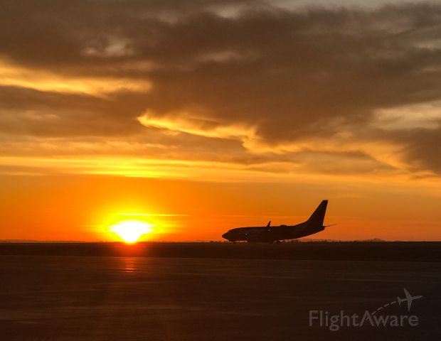 Boeing 737-700 (N418WN) - A beautiful sunset arrival on thanksgiving eve 2019!