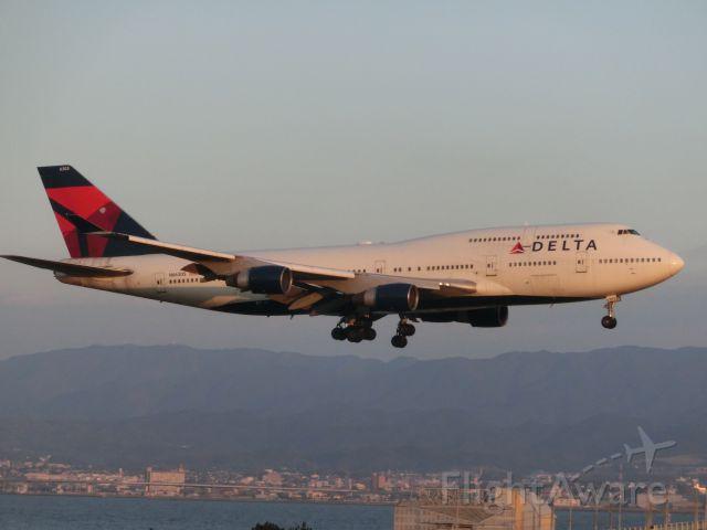 Boeing 747-400 (N663US) - 夕日と一緒に(^_-)-☆