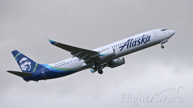 Boeing 737-900 (N495AS) - BOE737 from KBFI makes a missed approach to Rwy 16R during a C1 flight on 2/22/16. (ln 5787 / cn 41728). These are my first photos of the new Alaska livery.