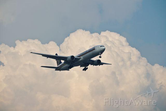 BOEING 777-300 (9V-SYF)