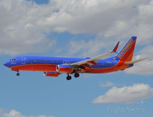 Boeing 737-800 (N8301J)