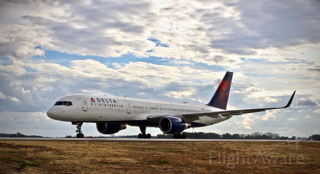 Boeing 757-200 (N695DL) - A Delta Airlines 757 enters runway 26L on its way to New York's JFK