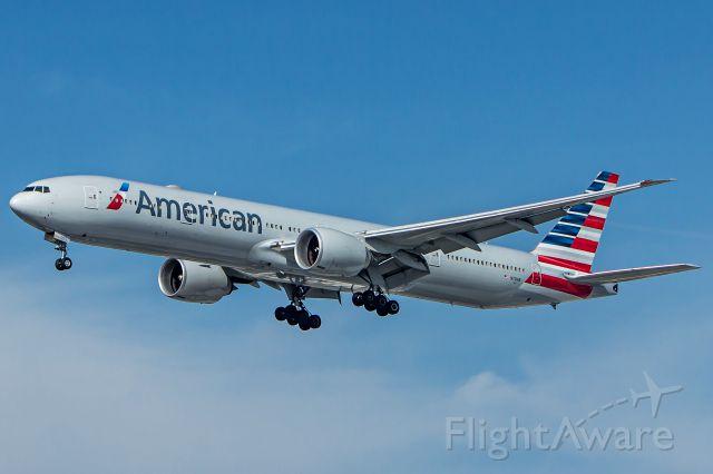 BOEING 777-300 (N721AN) - American Airlines - Boeing 777-323(ER)<br />Registration: N721AN<br /><br />Dallas (DFW) / São Paulo (GRU)<br /><br />Foto tirada em: 29/05/2016<br />Fotografia: Marcelo Luiz