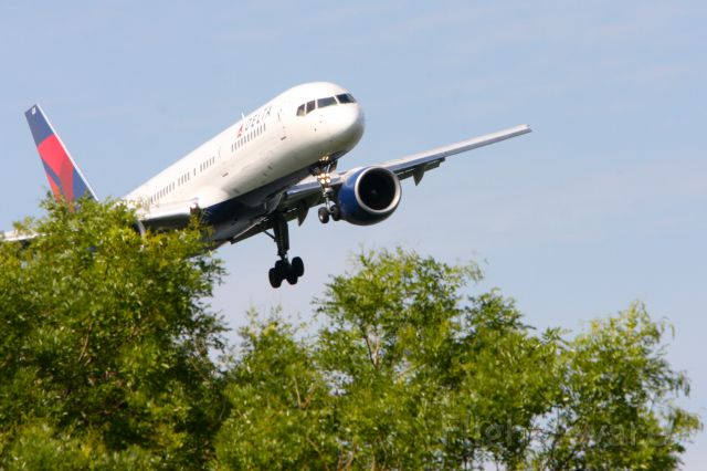 Airbus A319 (UNKNOWN) - Shot from Gravelly Park on the north end of the runway they come right over the trees.