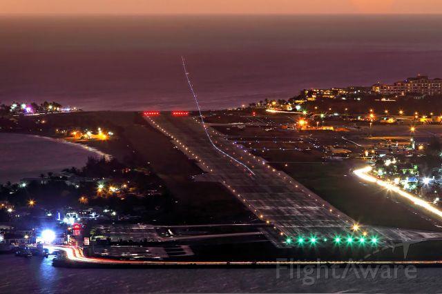 AIRPORT — - Depuis la colline de Cole Bay.
