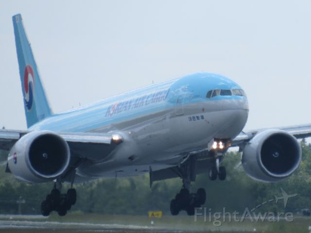 Boeing 777-200 (HL8285)
