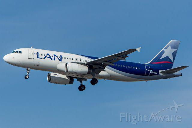 Airbus A320 (LV-CKV) - LATAM Argentina (Operated by LAN Argentina) - Airbus A320-233<br />Registration: LV-CKV<br /><br />Buenos Aires (EZE) / São Paulo (GRU)<br /><br />Foto tirada em: 29/05/2016<br />Fotografia: Marcelo Luiz