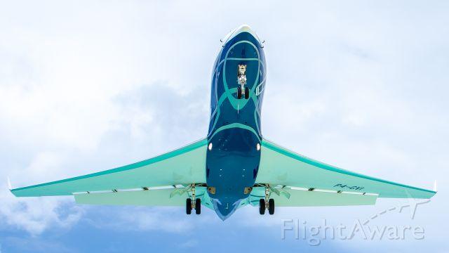 Gulfstream Aerospace Gulfstream G650 (P4-GVI) - Short approach over Maho Beach, St. Maarten