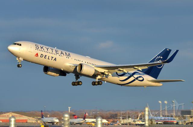 BOEING 767-300 (N175DZ)