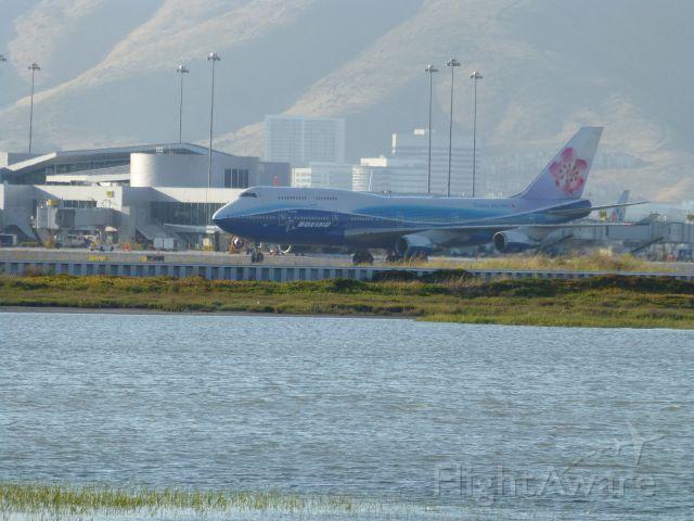 Boeing 747-400 (B-18210)