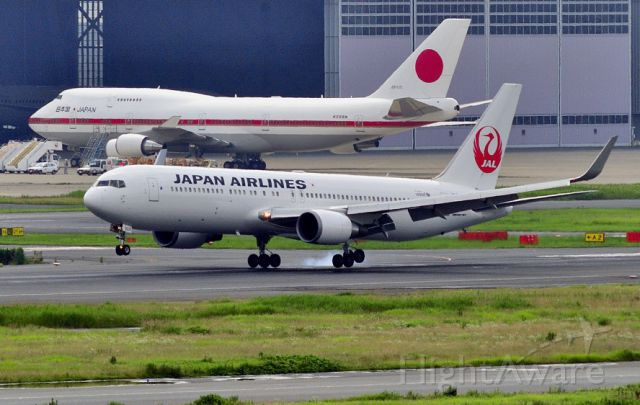 BOEING 767-300 (JA620J) - 2013 - A quite lame landing, just in front of the Japan Air Force One B744