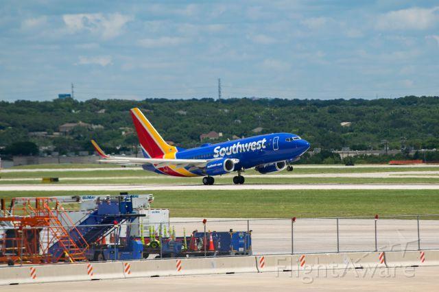 Boeing 737-700 (N948WN) - 13R departure