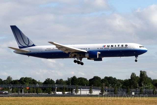 BOEING 767-300 (N659UA) - On final approach for R09L on 19-Jun-10 operating flight UAL958 from KORD.