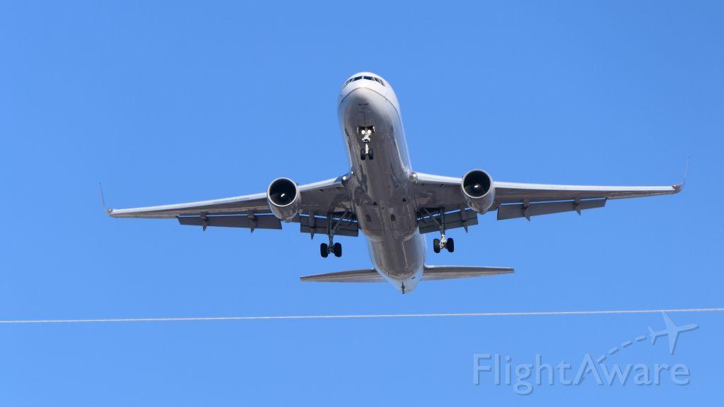 BOEING 767-300 (N666UA)