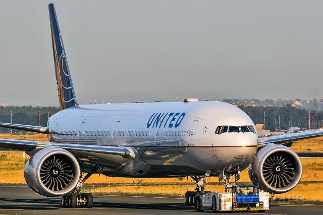BOEING 777-300 (N2136U)