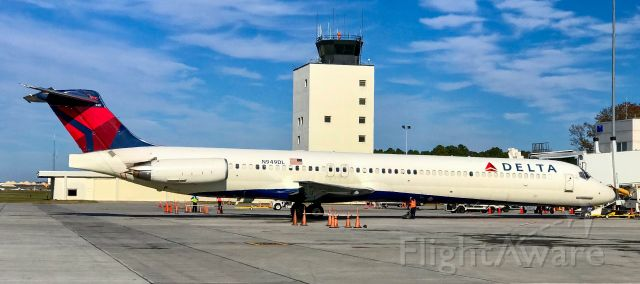 McDonnell Douglas MD-88 (N949DL) - With the tower in the background.