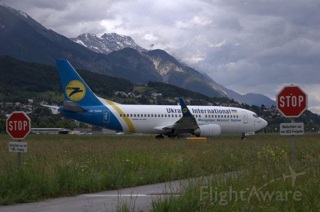 BOEING 737-300 (UR-GAH)