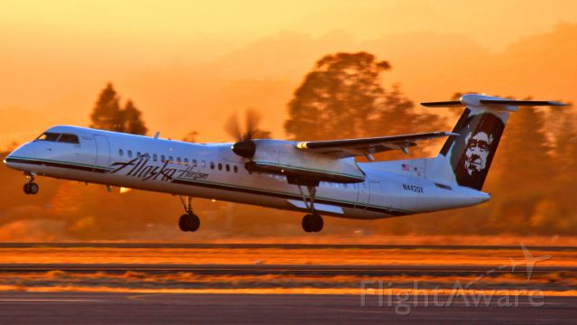 de Havilland Dash 8-400 (N442QX) - A Horizon Q400 departing as the sun sets over the horizon.