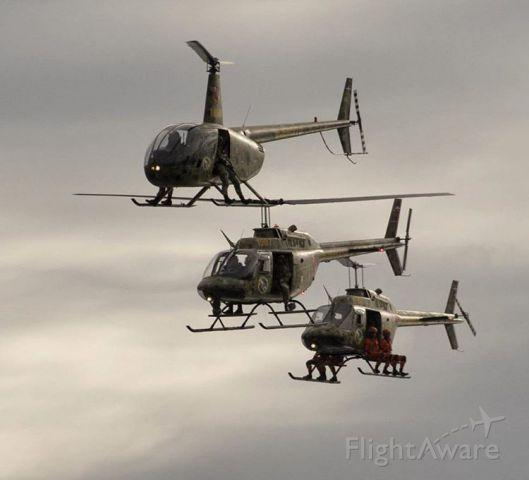 — — - Robinson R44 y dos Bell OH58 Kiowa del Escuadron de Caballeria Aerea del Ejercito de la Republica Dominicana (ECAERD) mientras realizaban su presentacion en el #DesfileMilitar27F. Foto por Carlos M.