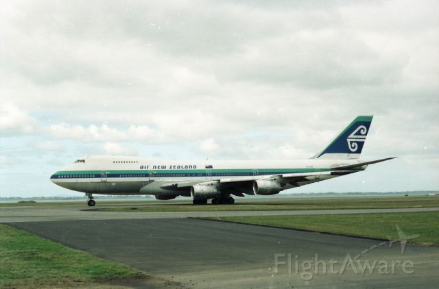 Boeing 747-200 (ZK-NZW) - ZK-NZW taxing for a flight out to YBBN as NZ131 in her original colors these aircraft aircraft replaced the DC10-30 aircraft in the air new zealand fleet