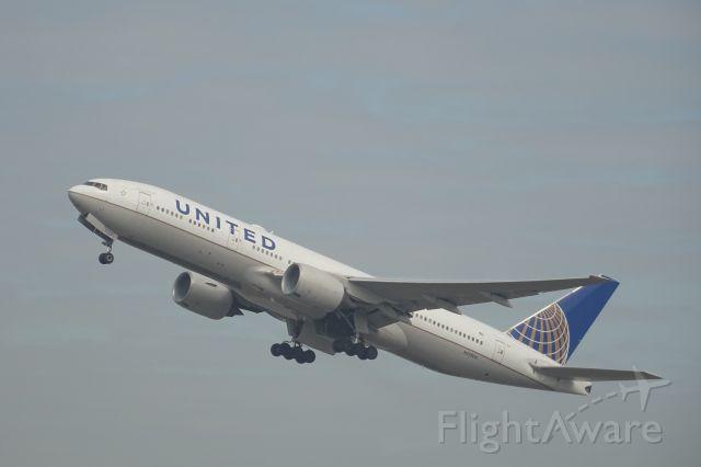 Boeing 777-200 (N220UA)