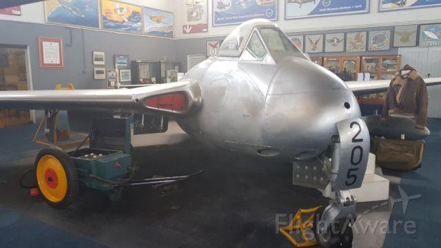 — — - De Havilland DG-100 Vampire FB Mk5