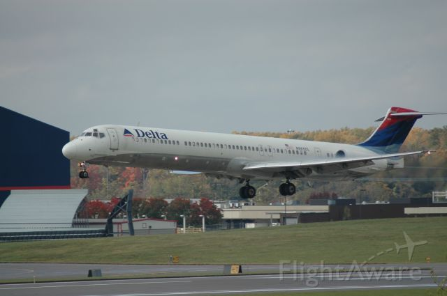 McDonnell Douglas MD-88 (N965DL) - this is a MD inbound on 18L    i can be reached at Truck10FMFD@aol.com