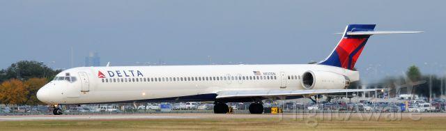 McDonnell Douglas MD-90 (N937DN)