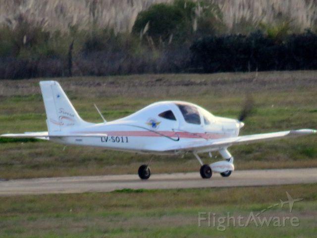 LVS011 — - Tecnam Sierra de una escuela de vuelo haciendo espera para despegar en el AIR