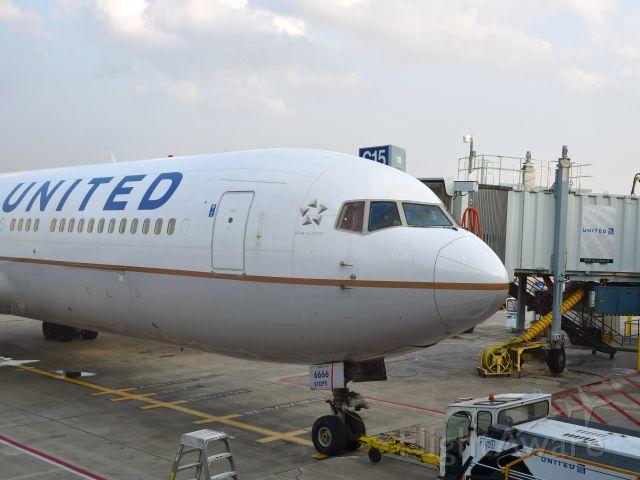 BOEING 767-300 (N666UA) - United Boeing 767-322(ER)(WL) N666UA in Chicago