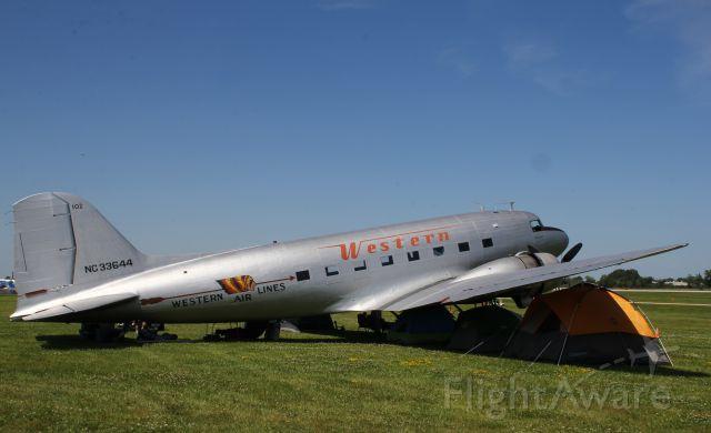 Douglas DC-3 (N33644)