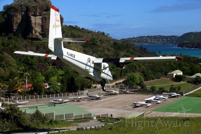 PJ-WCB — - Seuil de piste Gustav III à St Jean.Le temps d'un aller retour en bateau depuis St Martin-Marigot