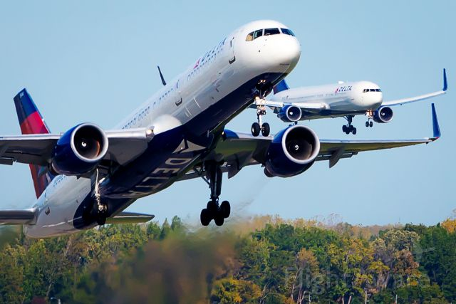 Boeing 757-200 (N544US) - DAL B752 N544US departing Detroit-Metro 21R with sister B763 N169DZ arriving on 21L