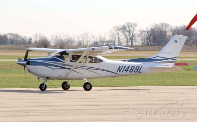 Cessna Skylane (N1489L) - 12 November 2020 Saw this nice Cessna 182 owned by Business Men's Flying Club make a landing out here in Rock Falls, Illinois<br />Gary C. Orlando Photo