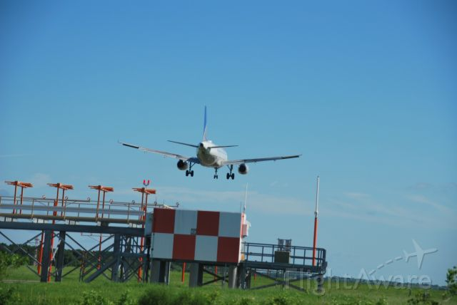 Airbus A320 (N490UA) - Shot taken from a moving car on the highway, while 490 landed on the runway 01L from EWR (UAL1797)